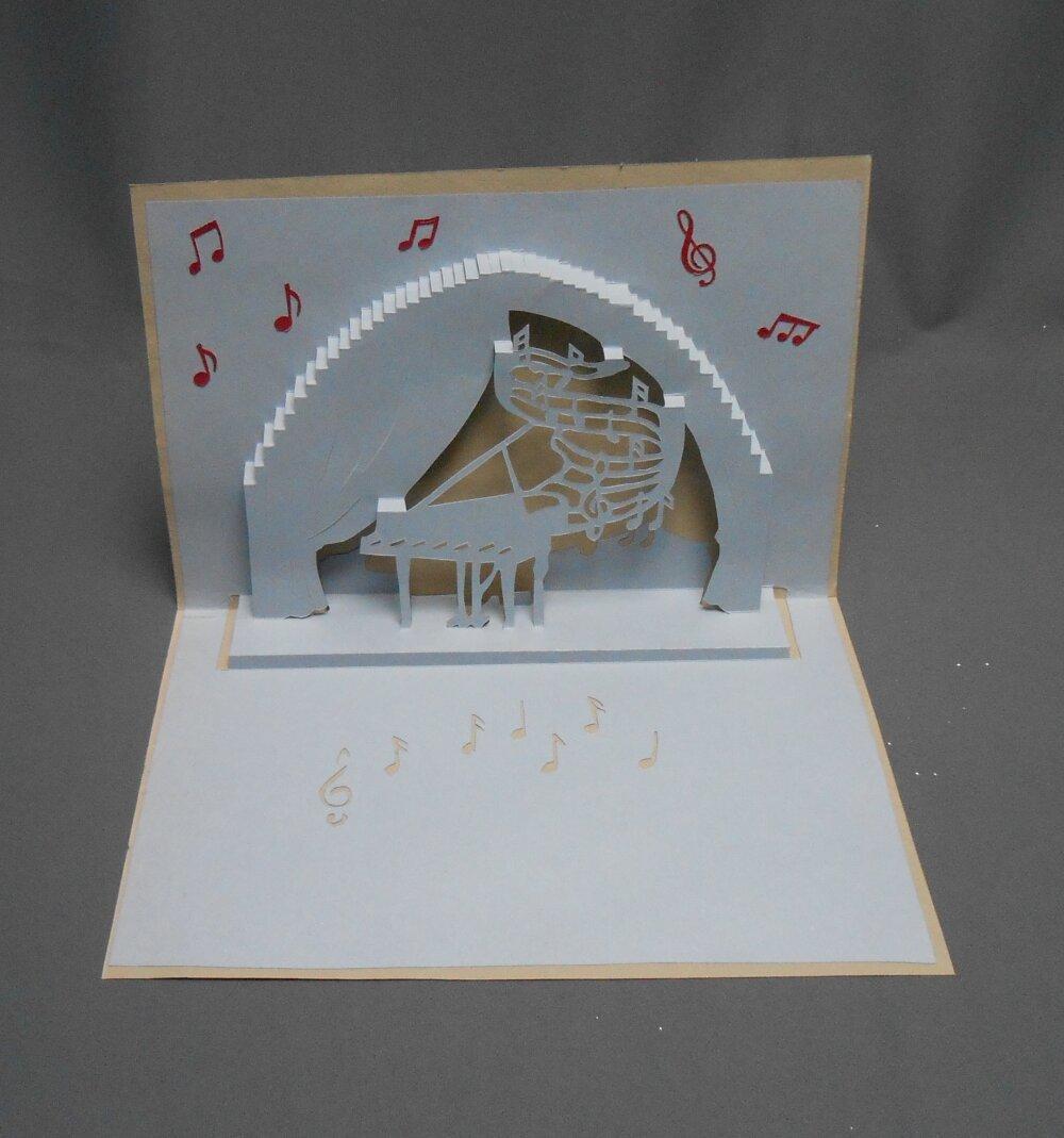 "carte kirigami: ""piano en scène"""