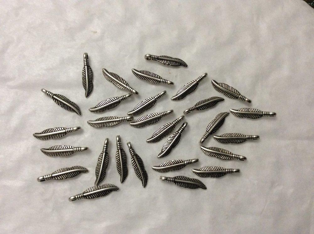28 breloques plume argenté