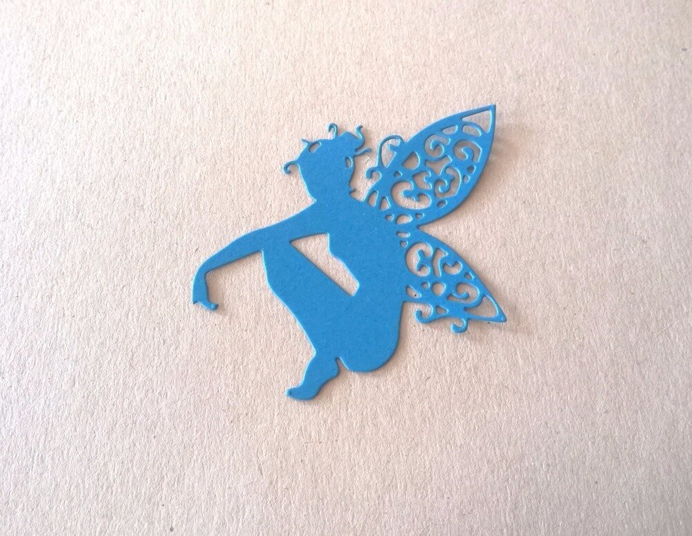n°84 découpe d'une fée accroupie en papier bleu