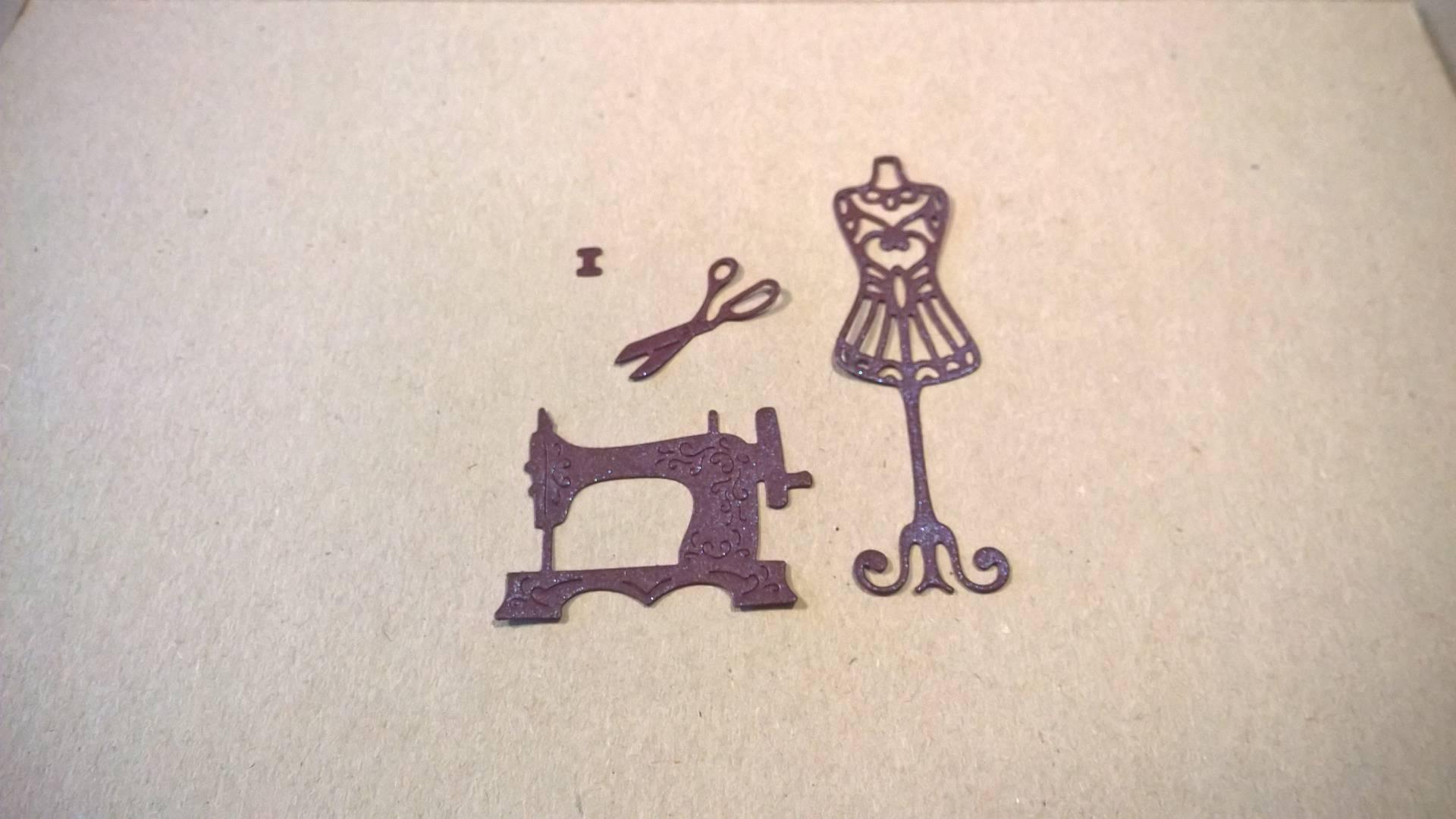 n°18 découpe d'un nécessaire de couture : machine à coudre, ciseau, mannequin, dés en papier violet nacré
