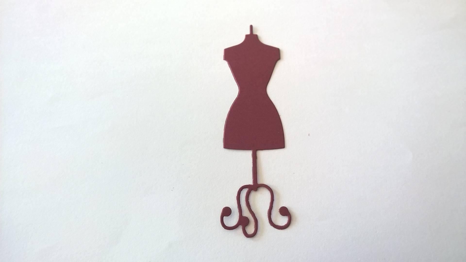 n°17 découpe d'un mannequin de couture en papier bordeaux