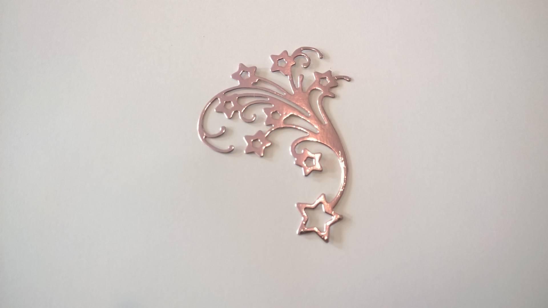 n°1 découpe d'une jolie étoile de Noël en papier rose brillant