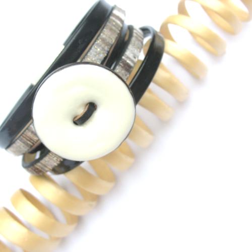 Bracelet cuir noir blanc gris bouton émaillé blanc fait main fermoir magnétique