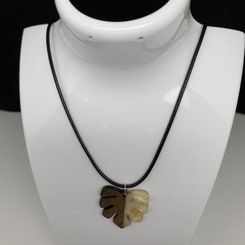 Collier pendentif en bois résine feuille