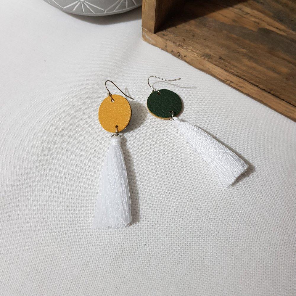 Boucles d'oreille, simili cuir, métal argenté, rond moutarde et pompons blancs