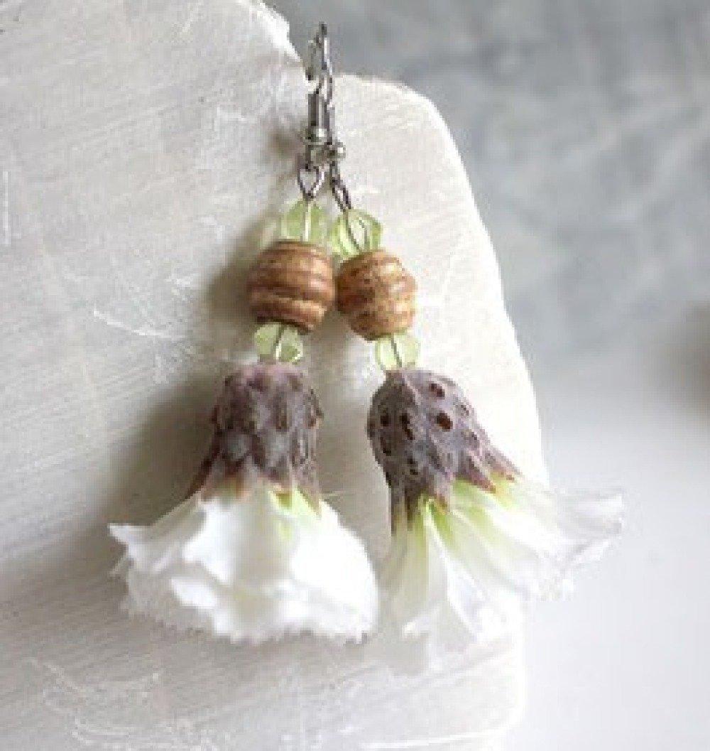 Boucles d'oreilles fleurs pendantes blanches