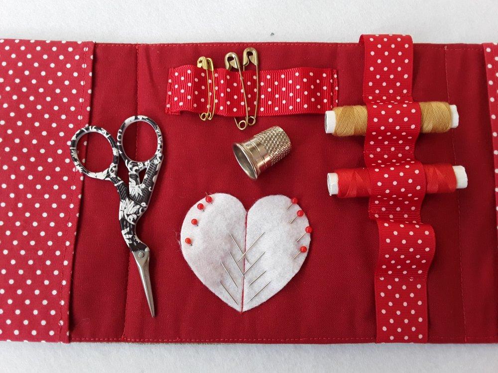 Nécessaire à couture brodé main sur toile de lin, avec ciseaux, fil, épingles et dé à coudre