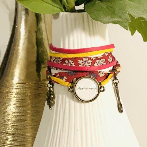 Bracelet liberty à fleurs fuchsia, suédines jaune et fuchsia, cabochon prénoms personnalisable