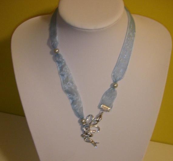 Collier pendentif STRASS sur organza bleu ciel Co173