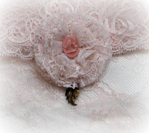 EUGÉNIE - Broche / Boutonnière Fleur dentelle rose clair