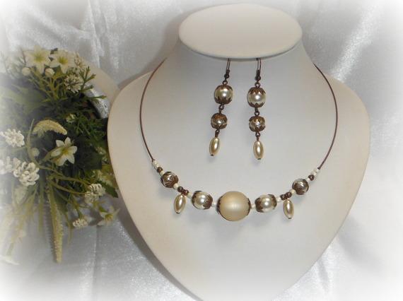 Boucles d'oreilles pendantes ivoire et cuivre vieilli