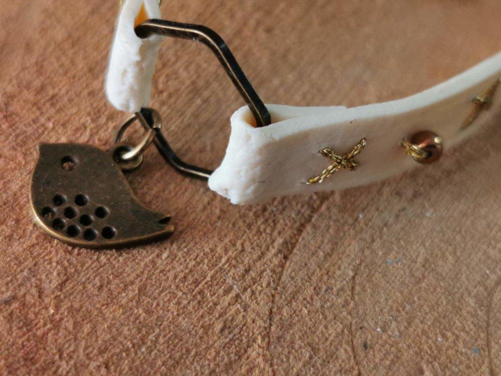 Bracelet collection CUIR EFFECT  couleur blanc cassé et or, breloque oiseau bronze