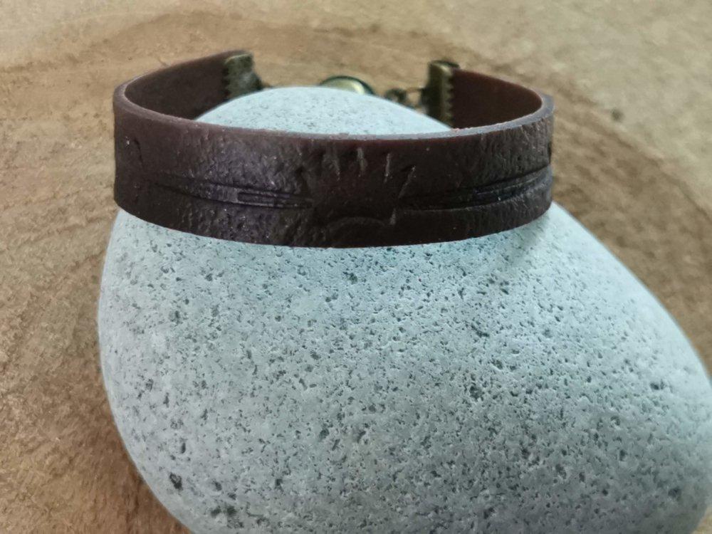 Bracelet mixte Homme /femme collection CUIR EFFECT  couleur marron foncé impression flèche