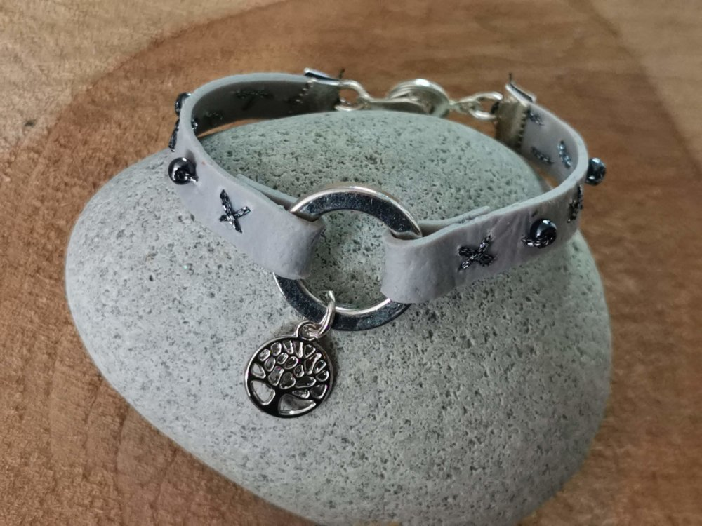 Bracelet collection CUIR EFFECT  couleur gris breloque arbre de vie