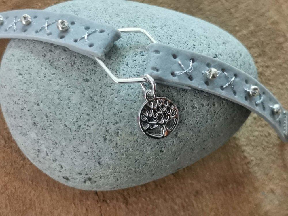 Bracelet collection CUIR EFFECT  couleur gris breloque arbre de vie