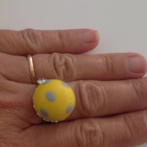 Bague boule jaune à pois gris