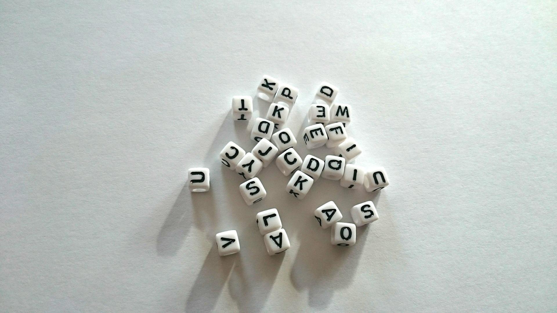 Lettres alphabets perles acryliques 6x6mm