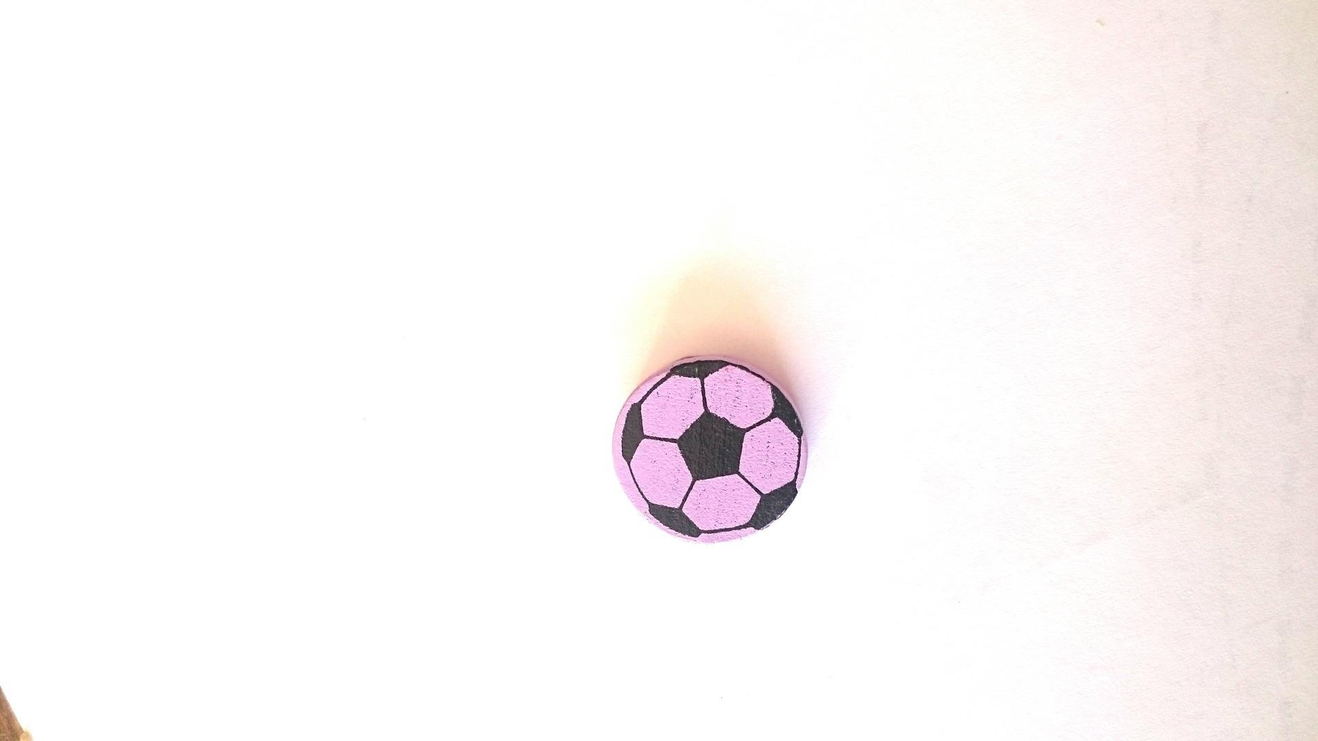 perles bois ballon de foot 2cm diamètre mauve