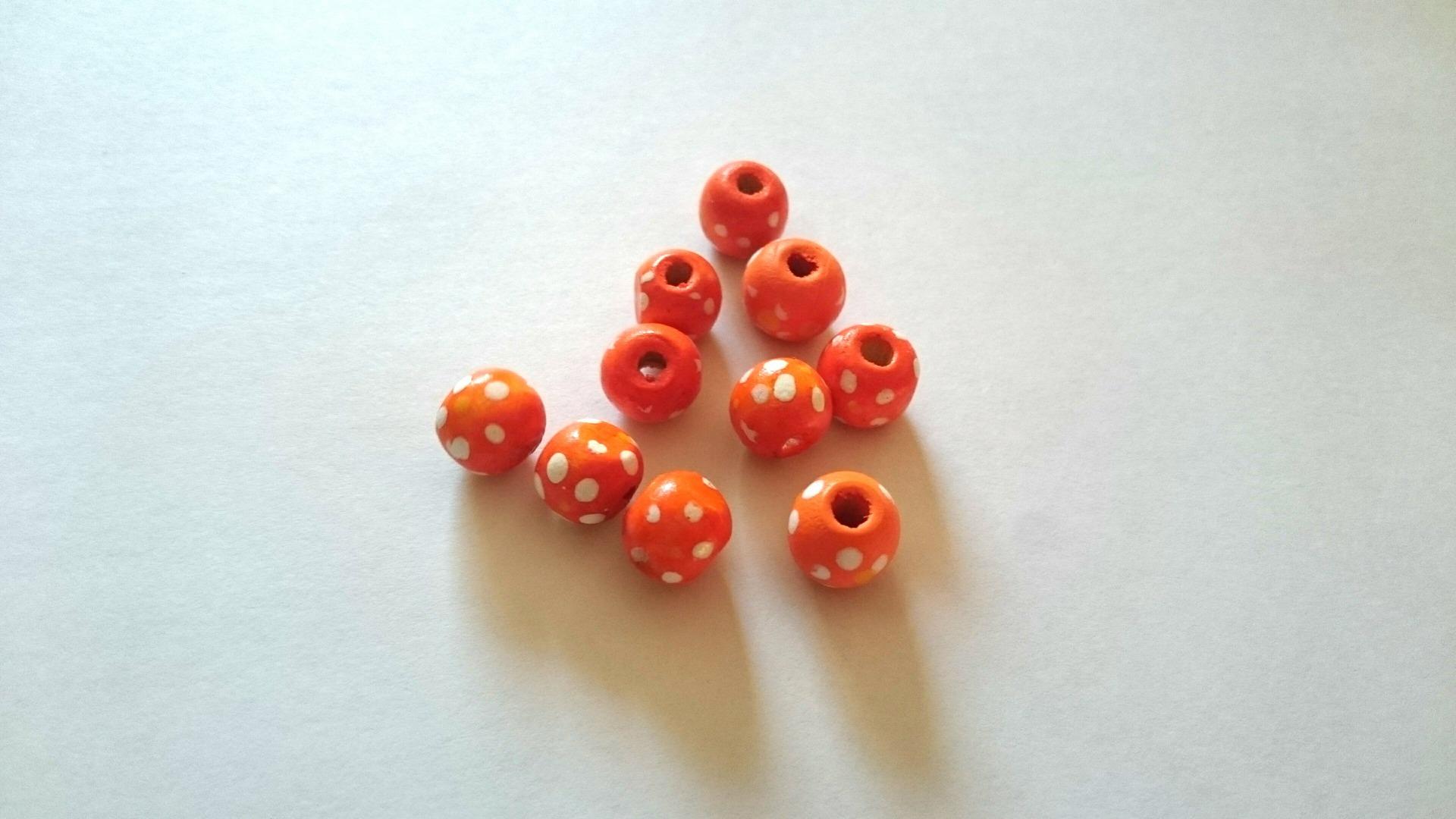 Lot de 10 perles bois orange  point blanc 10mm