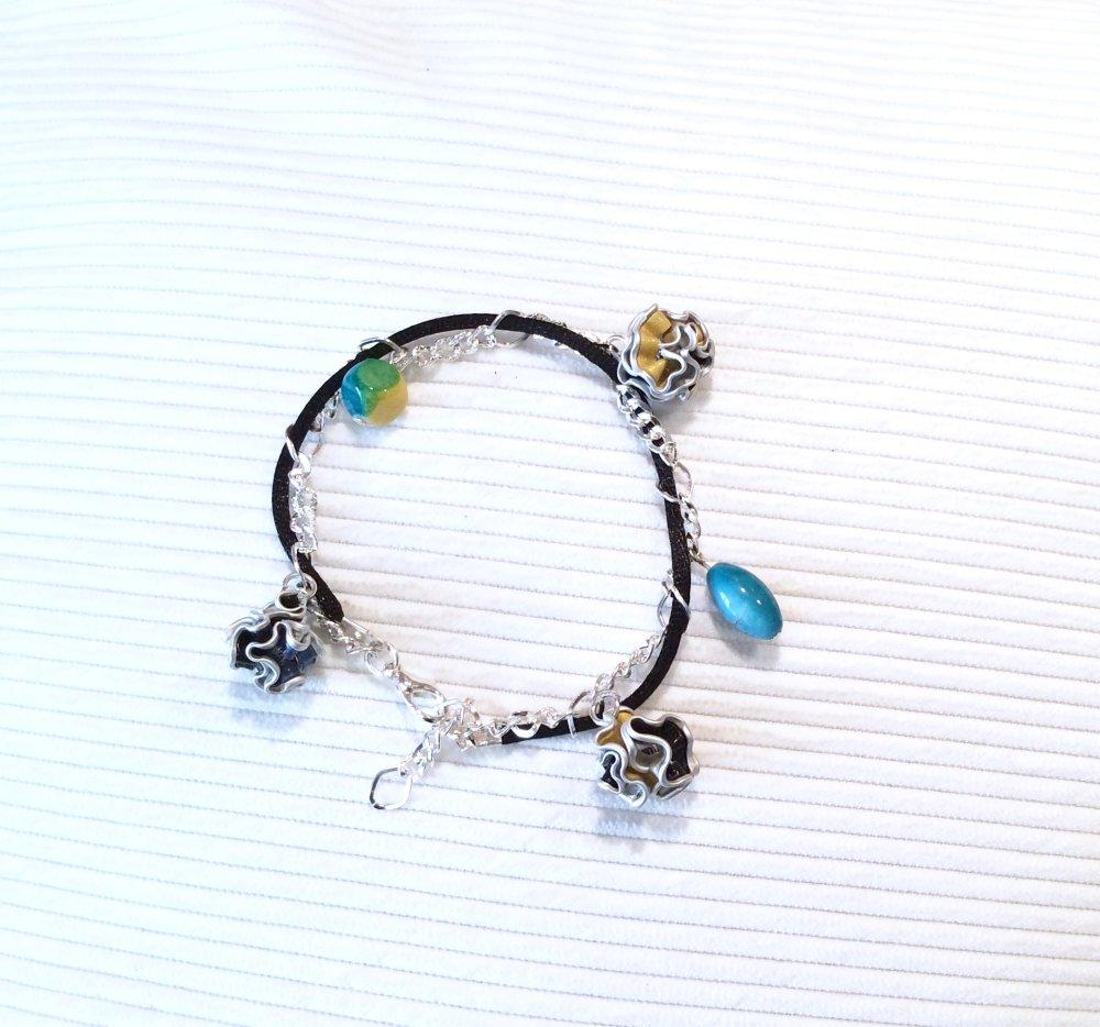 Bracelet chaînette argenté ,breloques capsules cafe et pompons rouges