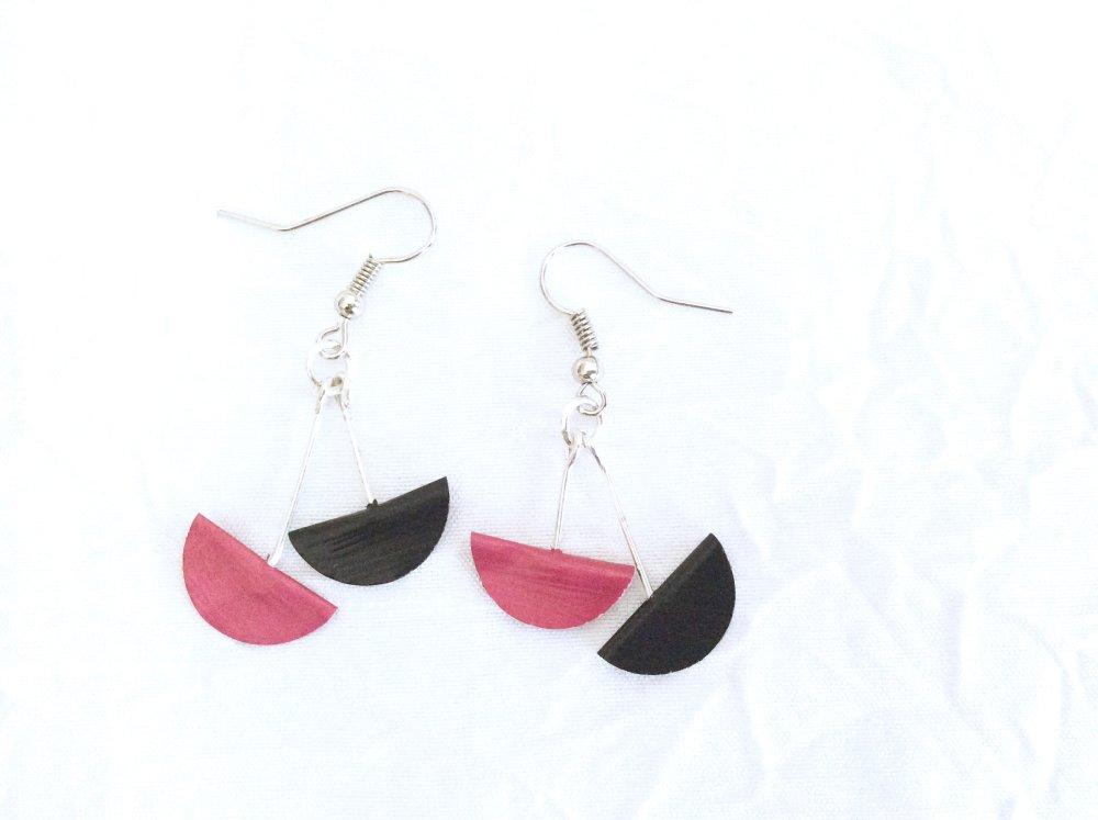Boucles d'oreilles Demi lune rose fuschia et noire