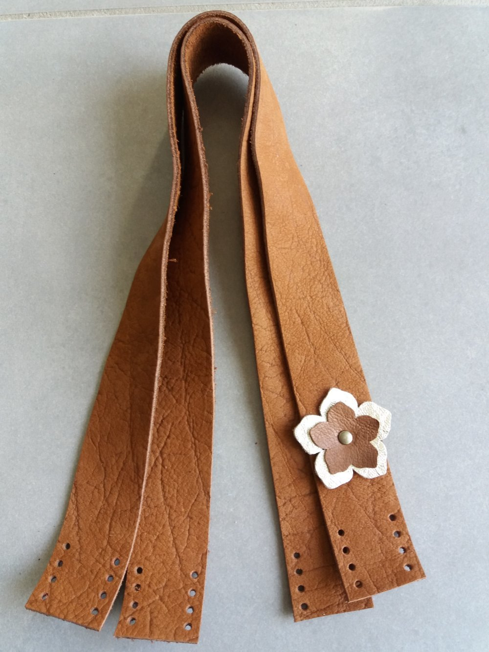 Anses de sac à coudre en cuir marron et fleur dorée et marron - Fait main