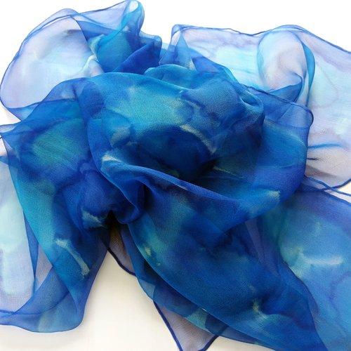 Echarpe mousseline de soie.bleu,turquoise.peint main.création unique et originale.made in france