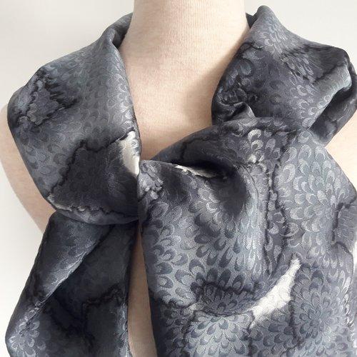 Echarpe satin de soie.noir,gris,blanc.peint main. création unique et originale.made in france
