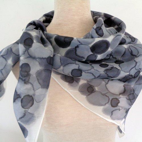 Foulard soie 90x90 noir,gris,blanc,peint main.création unique et originale.made in france