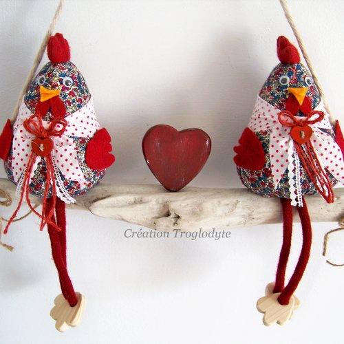 Deux poules sur une branche de bois flotté, décoration campagne chic, décoration maison, création troglodyte mignon,
