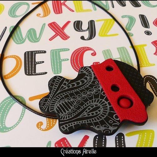 Pendentif en polymère noir / rouge à motifs