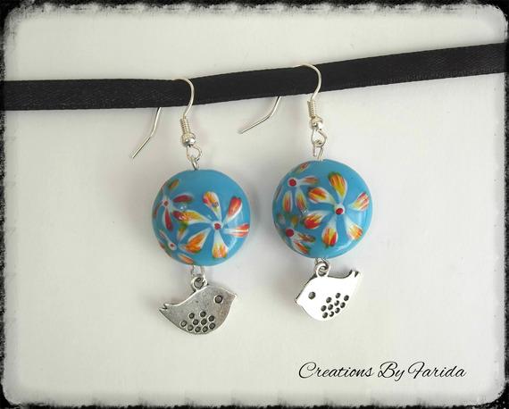 Boucles d'oreilles perle ronde bombé bleu avec un pendentif oiseau