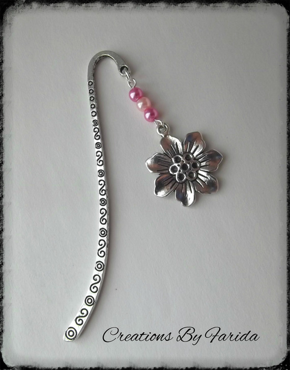 Marque page bijou avec perles rose et un pendentif fleur