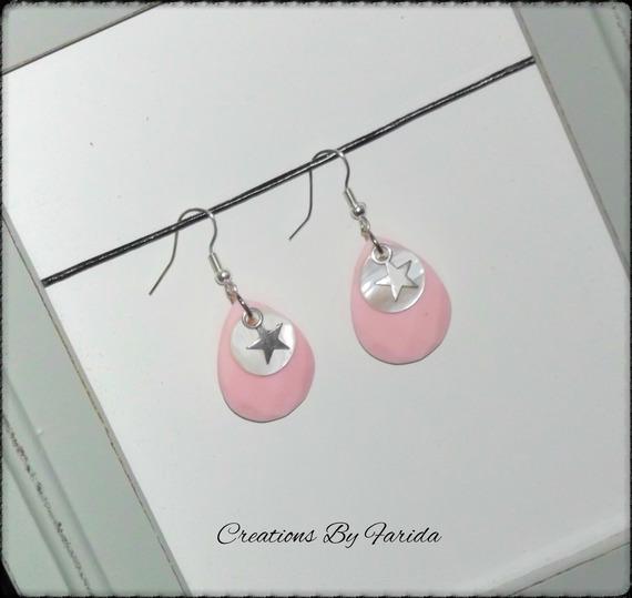 Jolie boucles avec une perle ovale couleur rose et un sequin blanc et une étoile