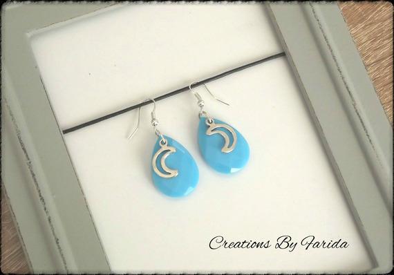 Jolie boucles avec une perle ovale couleur bleu et une breloque lune