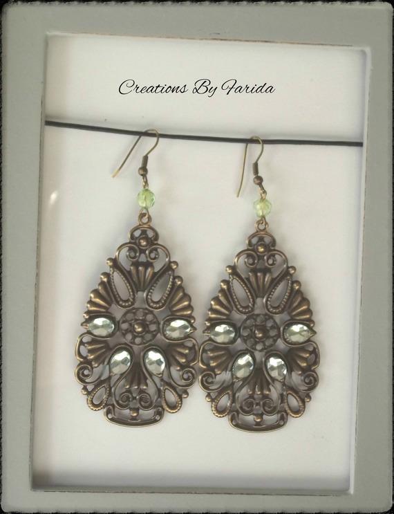 Boucles d'oreilles filigrane couleur bronze en forme de goutte avec strass verts  et perle