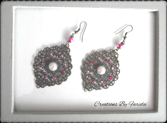 Boucles d'oreilles bronze pendante avec une estampe et des strass roses