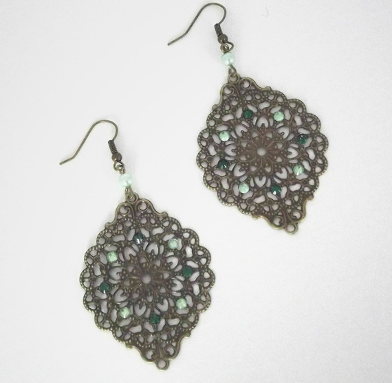 Boucles d'oreilles bronze pendante avec une estampe et des strass vertes
