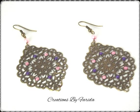 Boucles d'oreilles bronze pendante avec une estampe et des strass violettes et roses