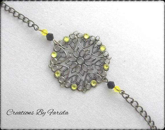 Bracelet en bronze avec une estampe et petite perles jaune et noir, des strass jaunes