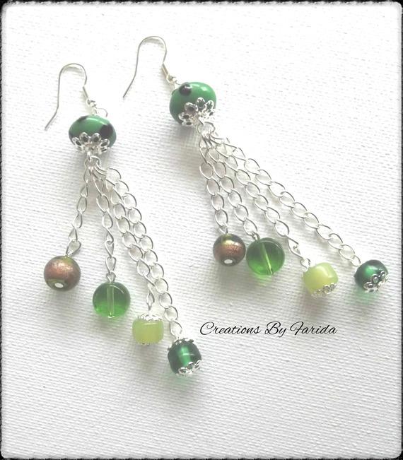 Boucles d'oreilles argentés pendante avec des perles vertes