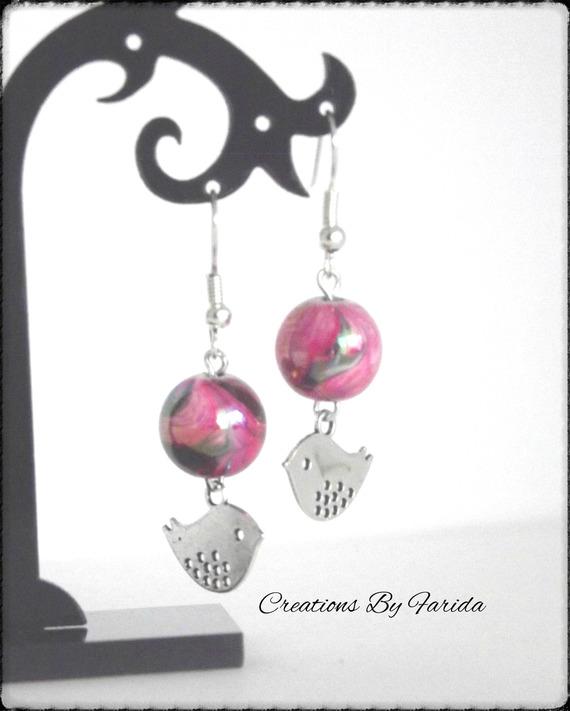 boucles d'oreilles avec un pendentif oiseau et une perle nacrée rose effets vague
