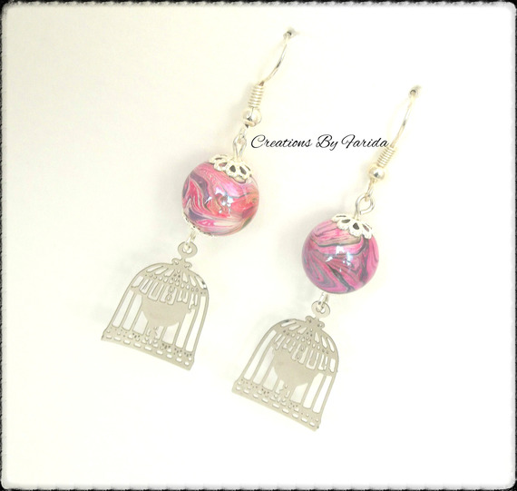 boucles d'oreilles avec un pendentif oiseau en cage et une perle nacrée rose effets vague