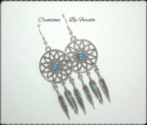 """Boucles d'oreilles """"attrapes rêves"""" avec cabochon bleu ciel et plumes argentées"""