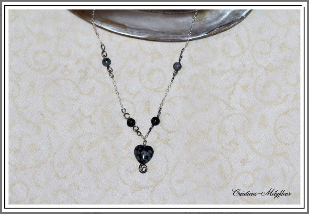Joli collier coeur en pierres naturelles noires