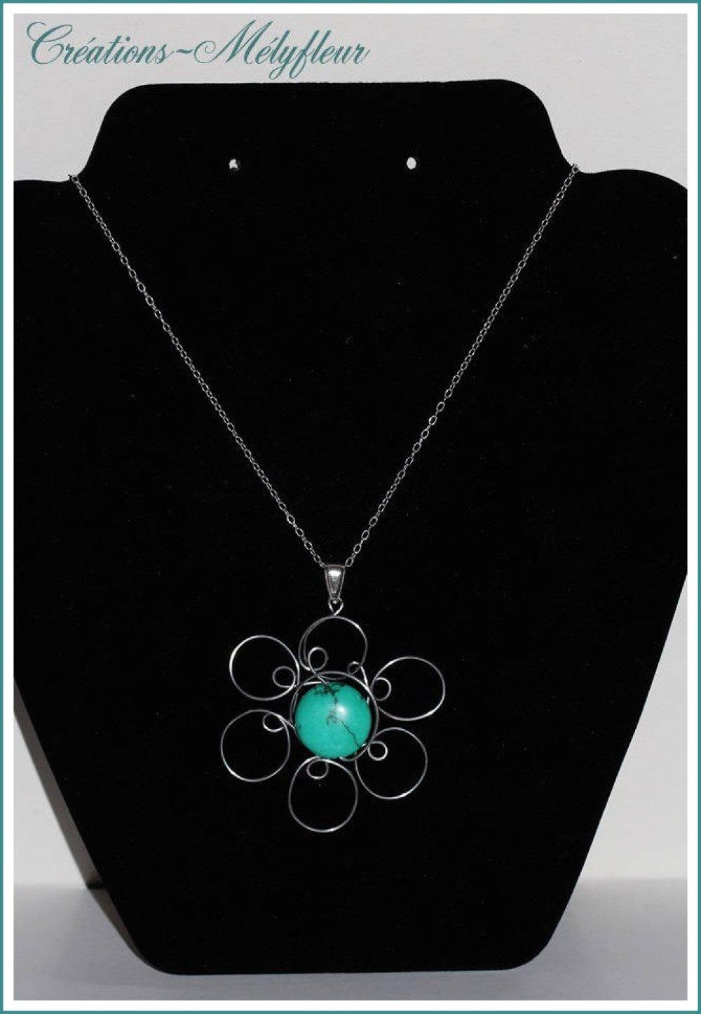 Un collier en  pierre naturelle turquoise , forme fleur