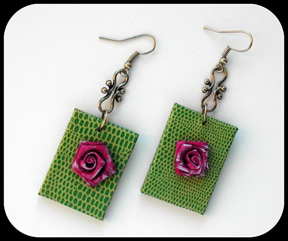 Boucles d'oreilles verte et violet~simili-cuir vert~rose en tissu violet~Chaînette argentée
