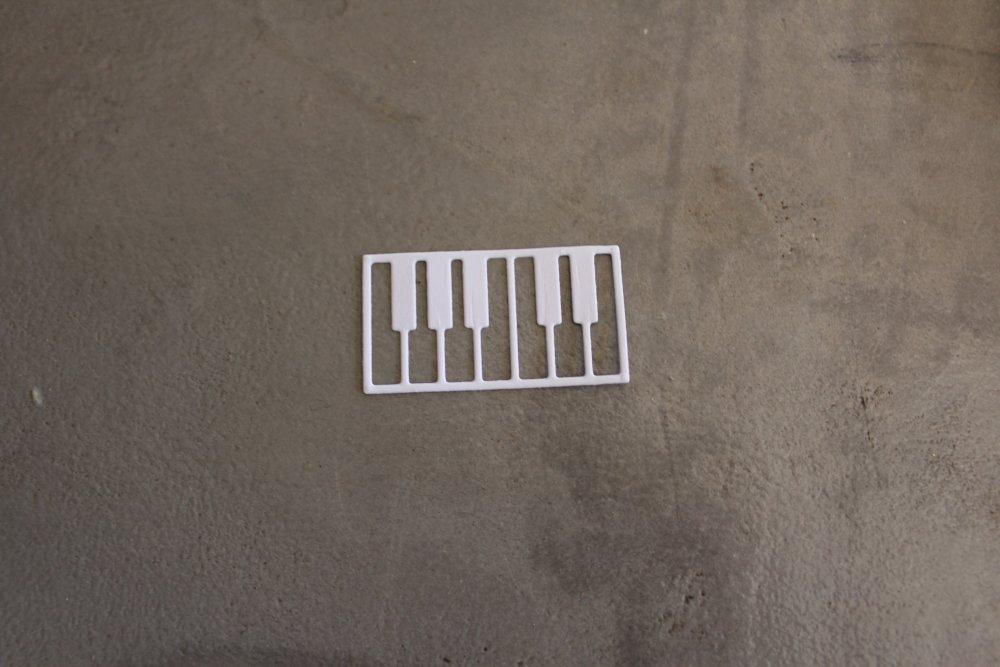 N/P 702  - Découpe papier thème musique piano / clavier  - coloris blanc
