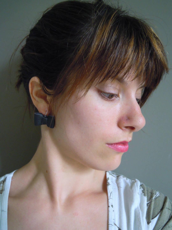 Boucles d'oreilles originales forme nœuds, puces de cuir jaune vif.