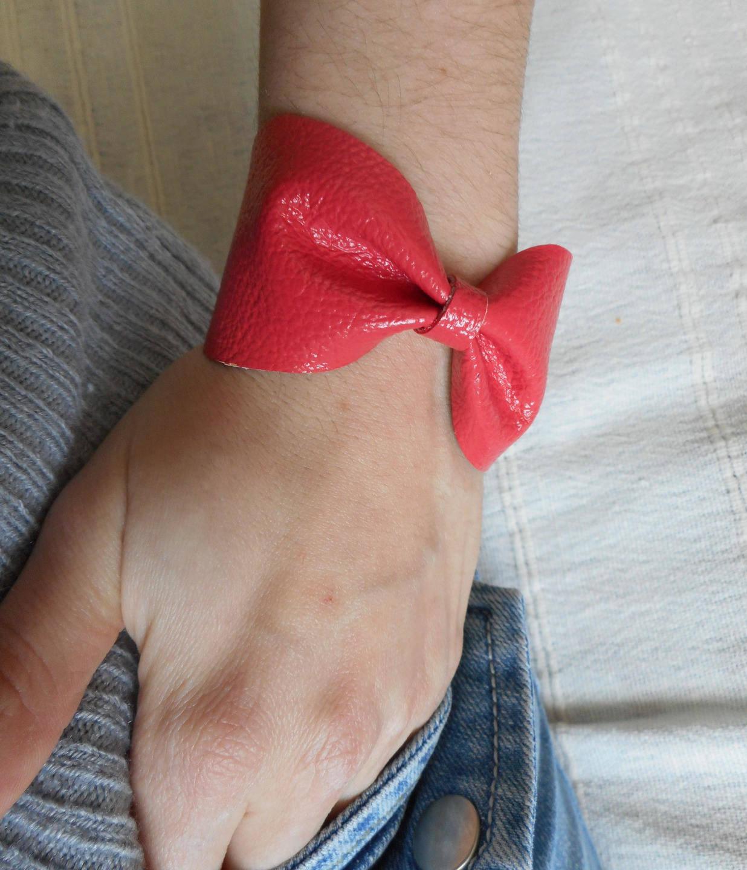 Manchette, bracelet cuir origami forme nœud rose corail.